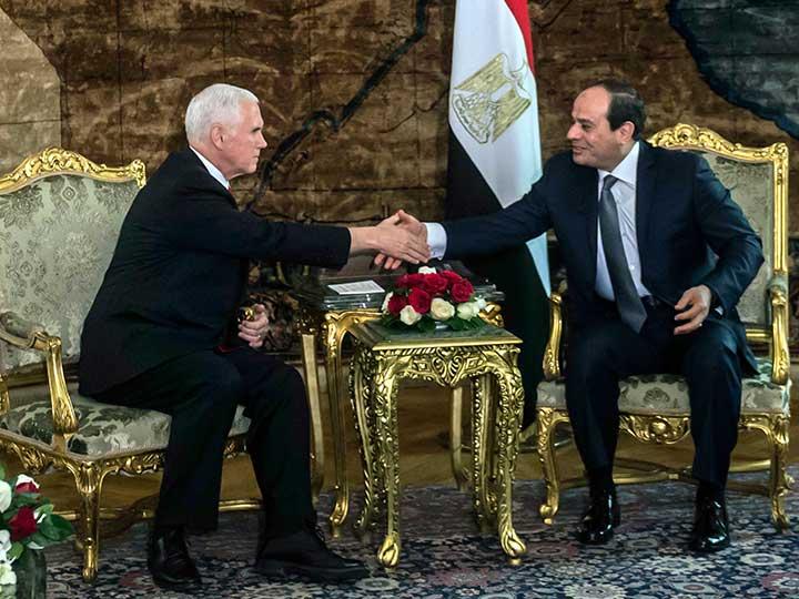 Primera gira bajo tensión de Mike Pence en Medio Oriente