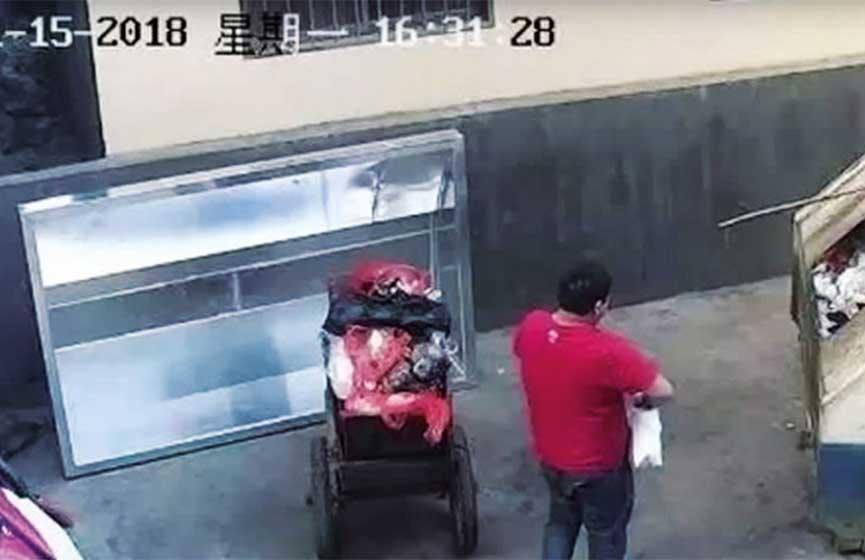 Papá tira a la basura a su bebé recién nacida