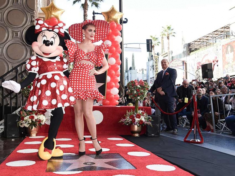 Katy Perry acompaña a Minnie Mouse a develar su estrella