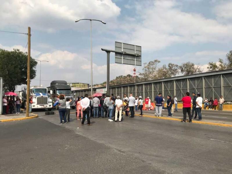 Vecinos bloquean Circuito Interior; afecta a usuarios del AICM