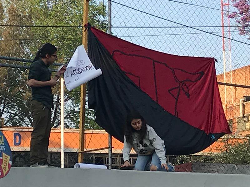 Estudiantes toman Prepa 5, denuncian presunto acoso de maestro