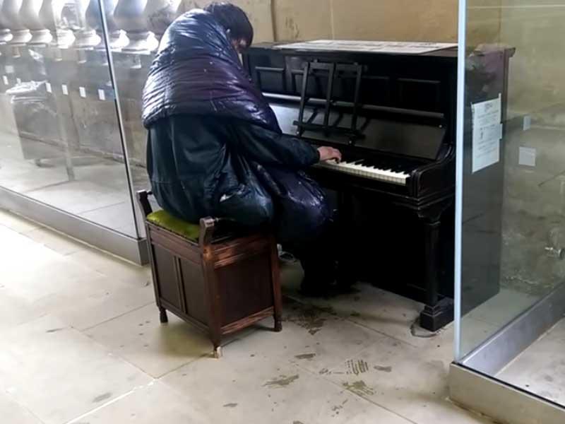 Vagabundo conmueve al tocar a la perfección obras de Beethoven
