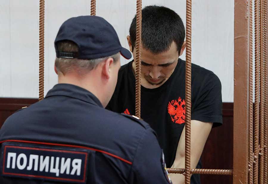 Dan prisión preventiva a taxista que embistió en Moscú dos mexicanas