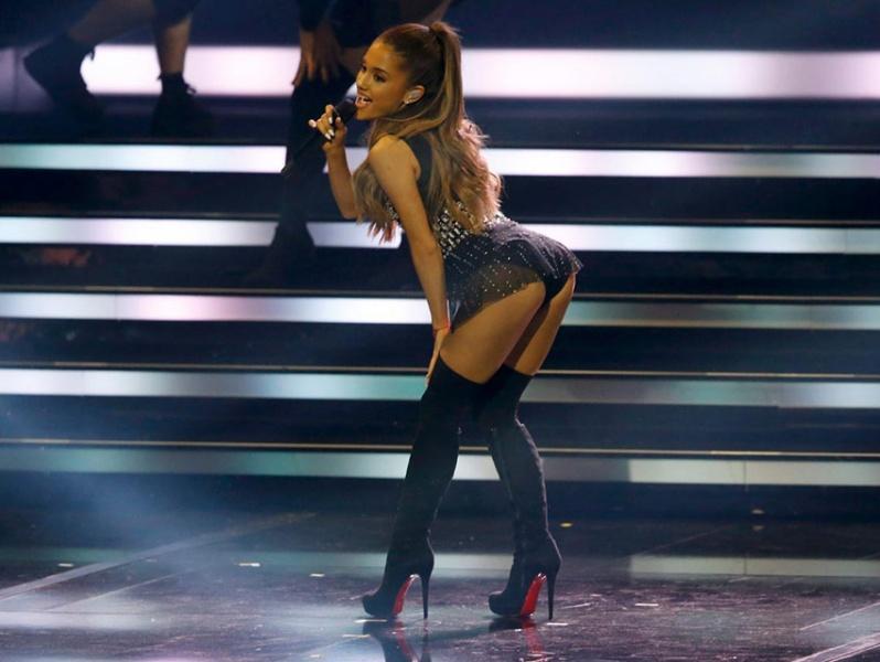 Se comprometen cantante Ariana Grande y Pete Davidson