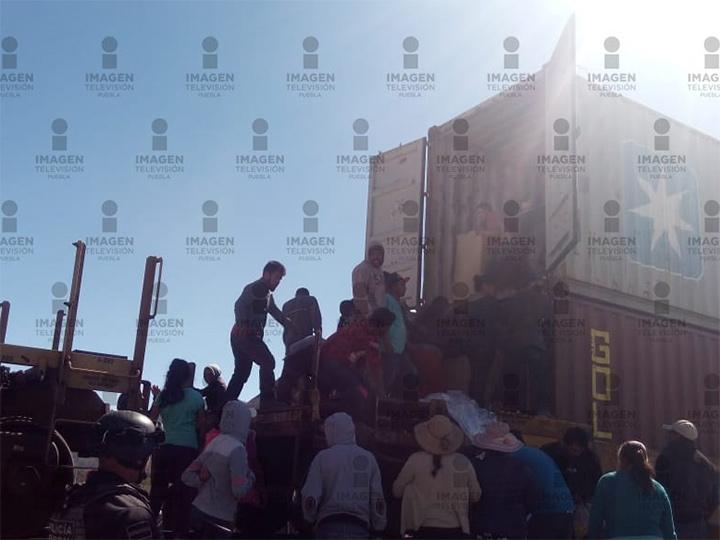 Pobladores saquean tren que transportaba diferentes artículos en Puebla
