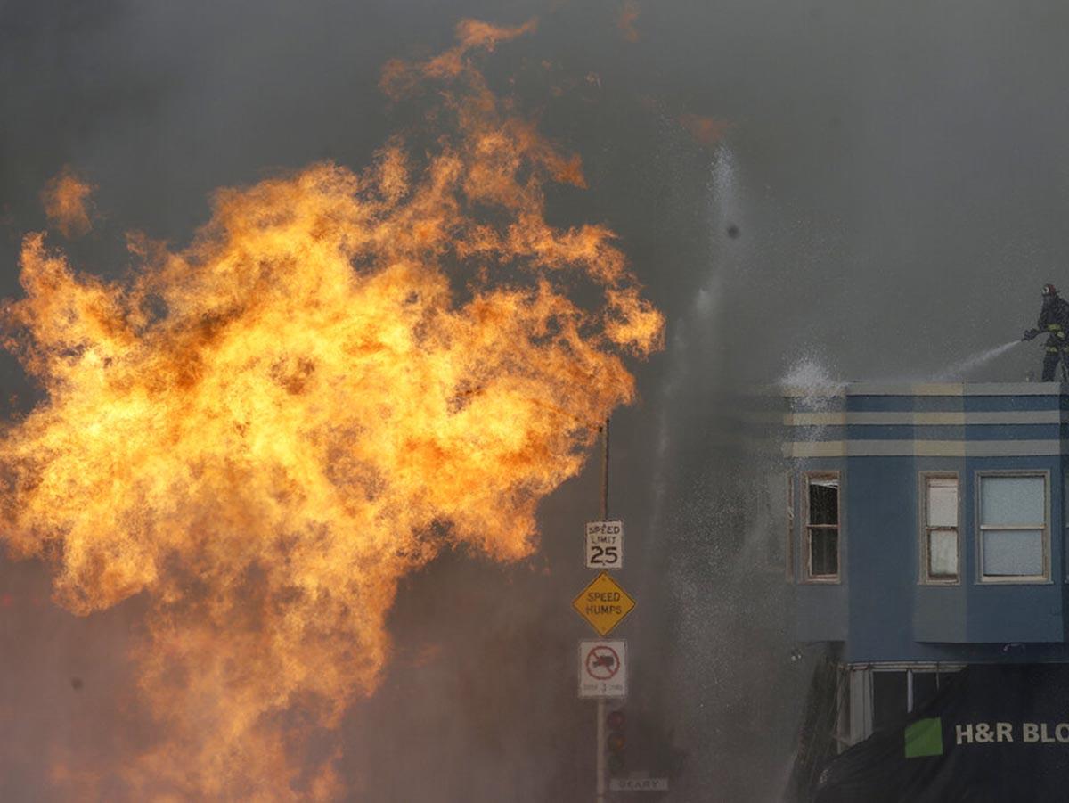 Explota tubería de gas en San Francisco; terrible incendio