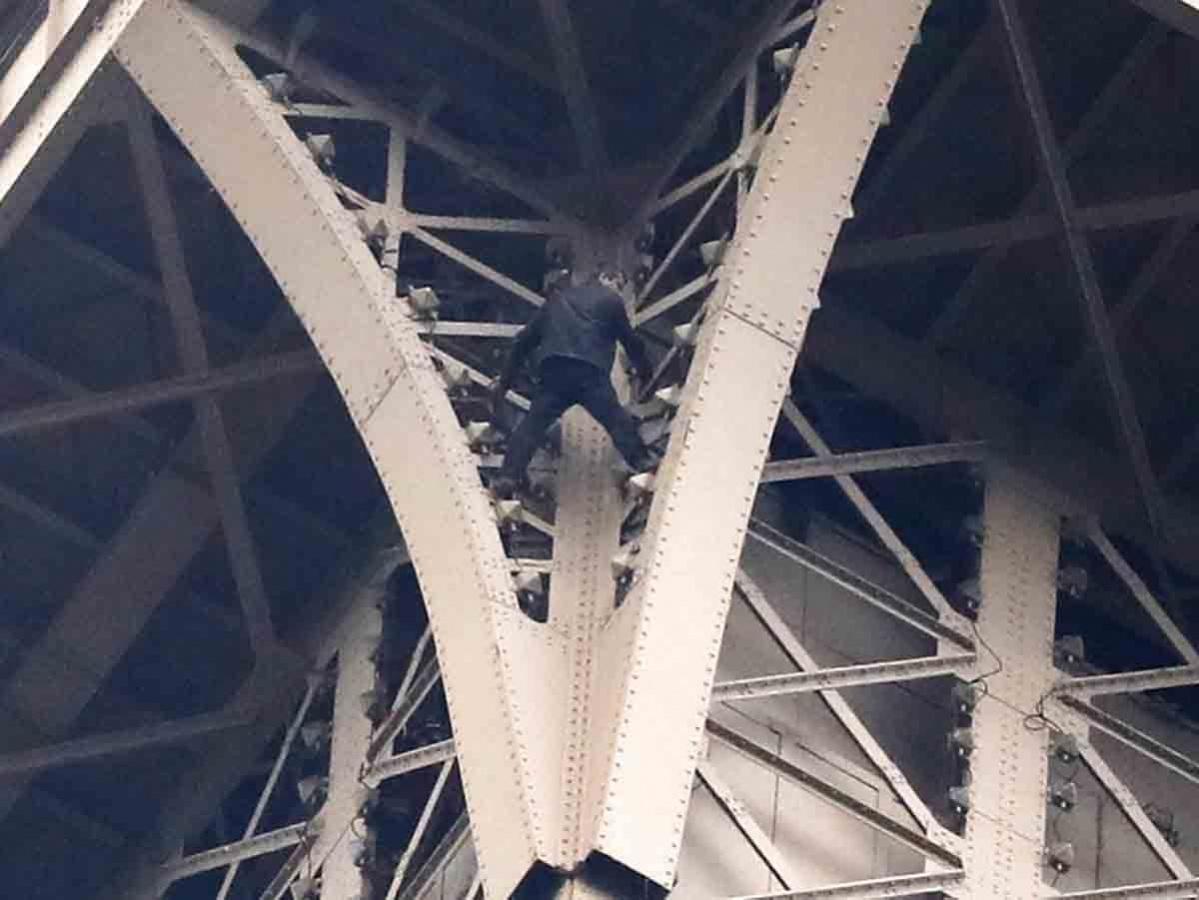 Arrestan a hombre que amenazaba con lanzarse de la Torre Eiffel