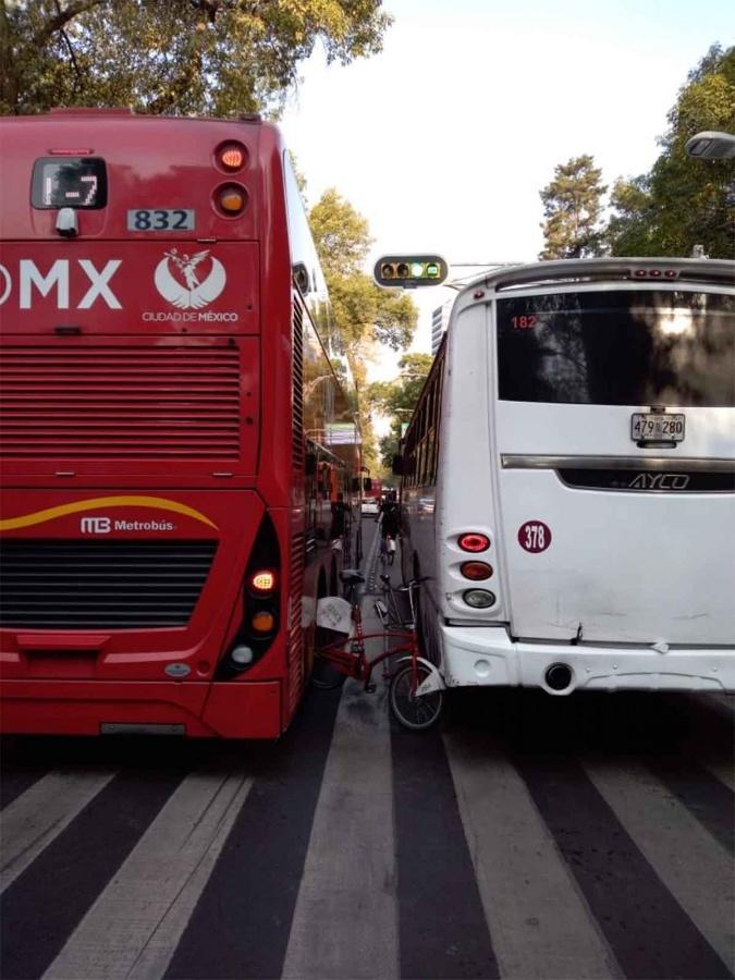 Ecobici queda atorada entre Metrobús y camión en Reforma