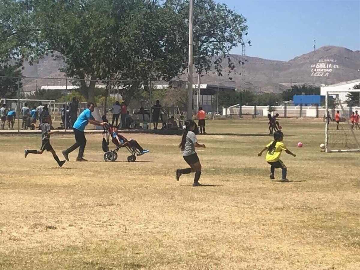 Ciudad Juárez: Juarense empuja silla de ruedas de su hijo para que juegue futbol y se vuelve viral