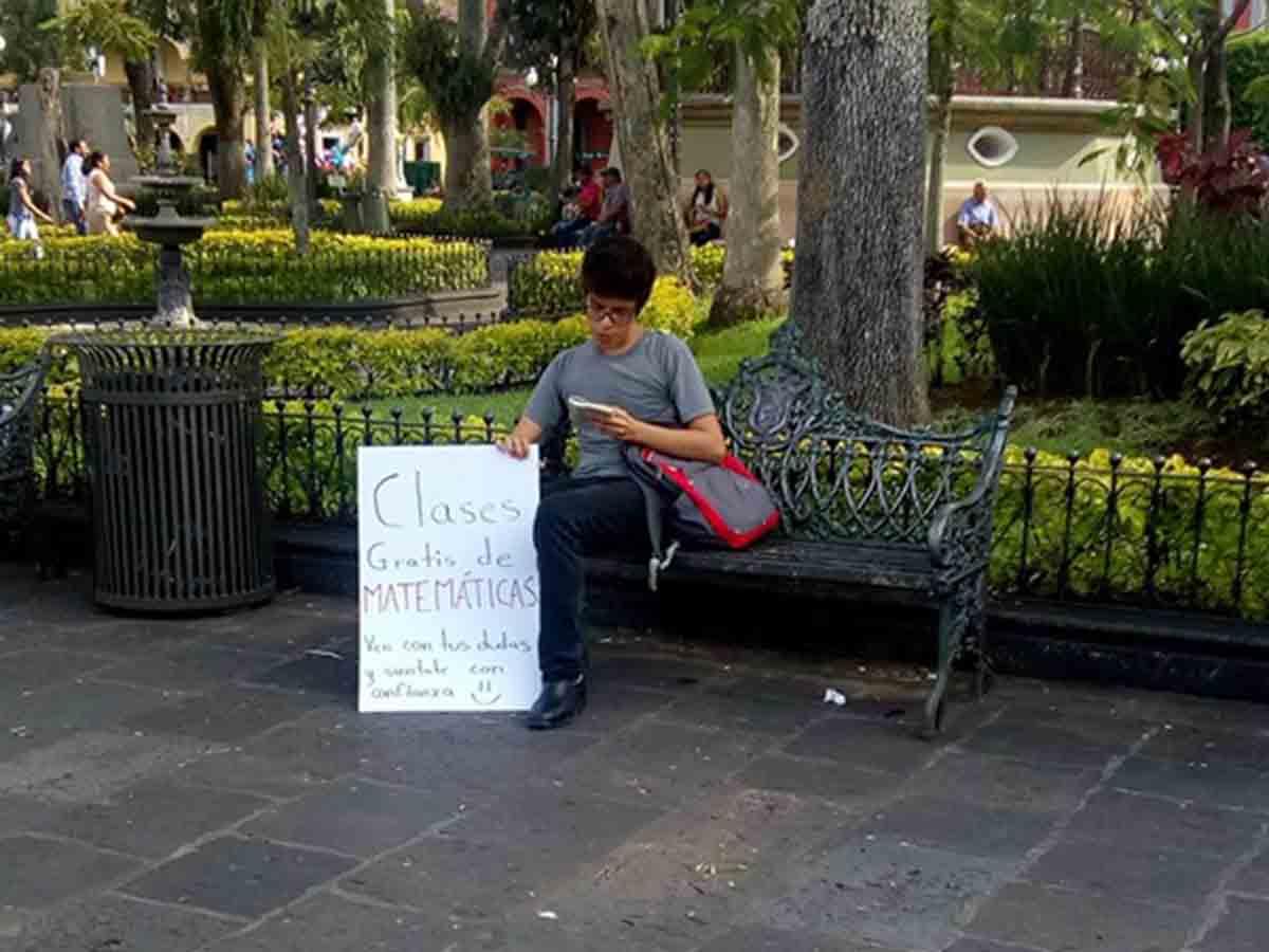 La inspiradora historia del joven que enseña matemáticas gratis en una plaza