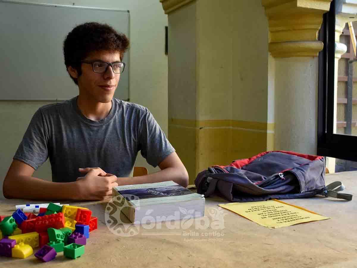 Joven ofrece clases de matemáticas gratis en un parque — Viral