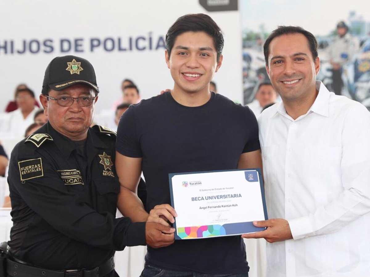Gobernador Mauricio Vila Dosal entrega becas a hijos de policías yucatecos