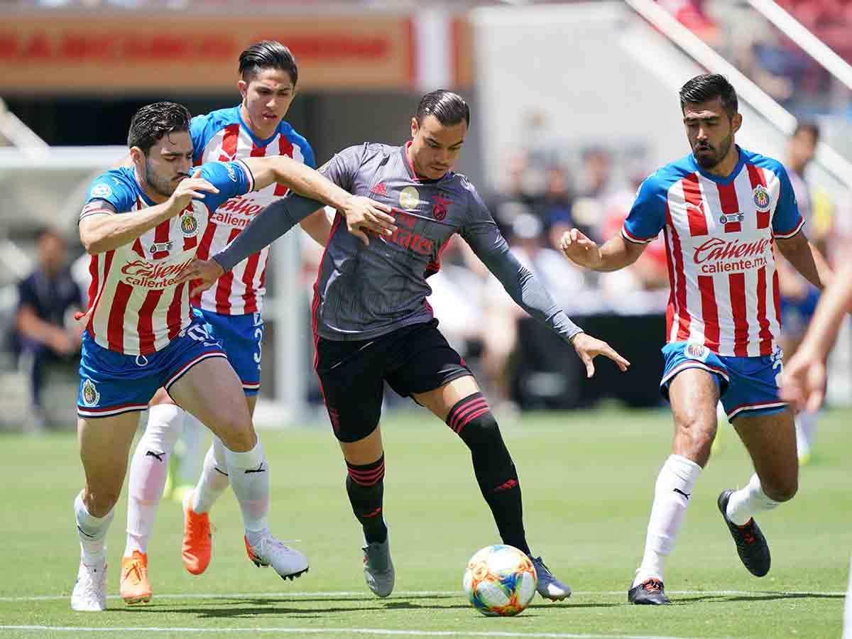 Benfica supera a un Chivas alterno