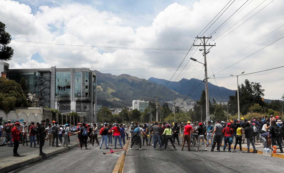 Miles de manifestantes limpian las calles en Ecuador