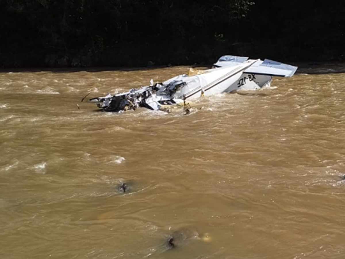 Al menos cinco muertos tras desplome de avioneta en Las Juntas, Michoacán