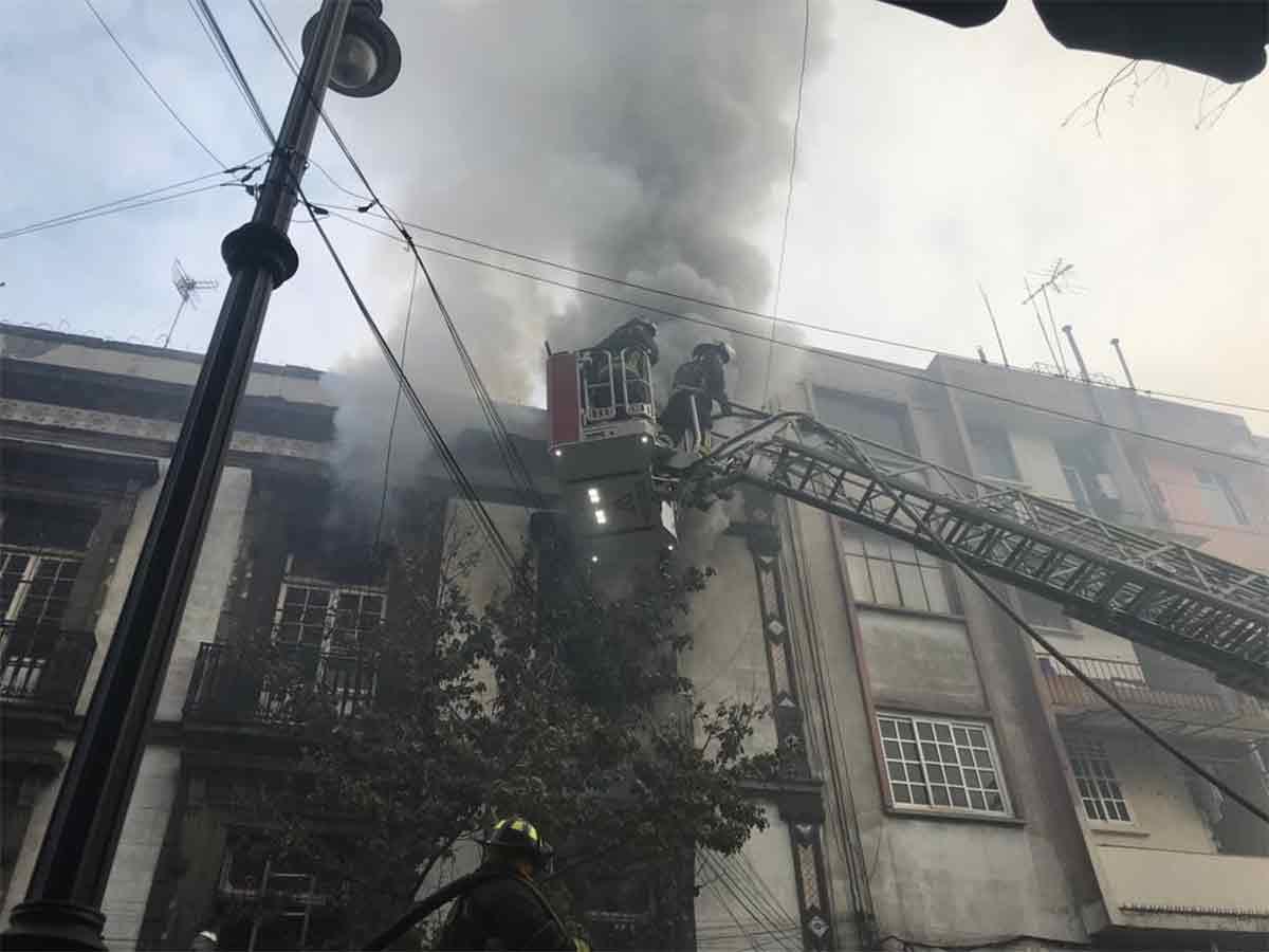 Contienen incendio en pleno centro de la CDMX luego de 28 horas