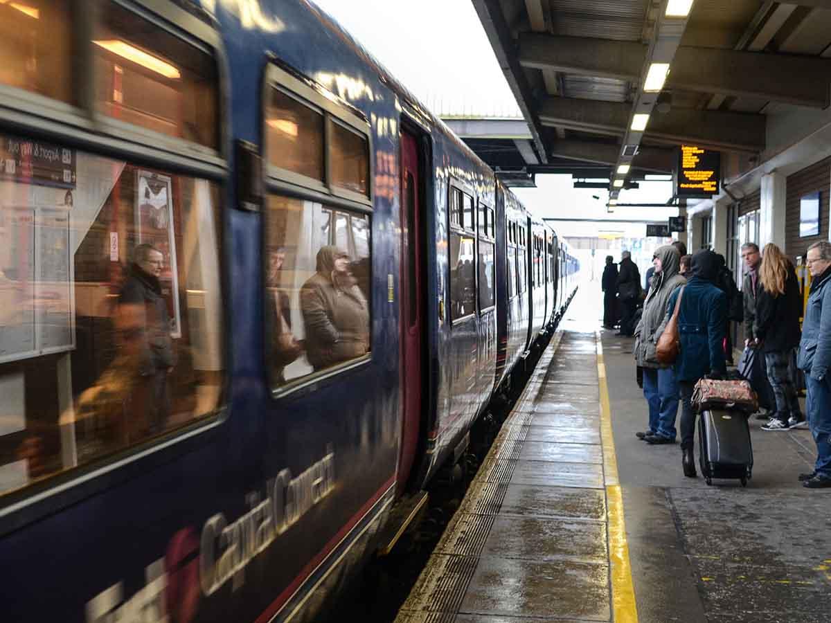 Autobus Del Porno hackean pantalla en estación del tren y proyectan video porno