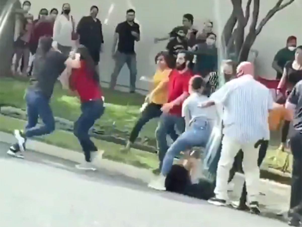 Mujeres se agarran a golpes por un lugar para entrar a tienda departamental