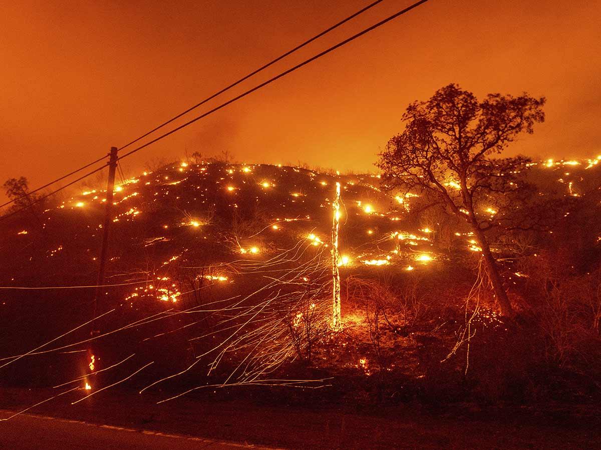 Evacuan a miles en California debido a 50 incendios forestales