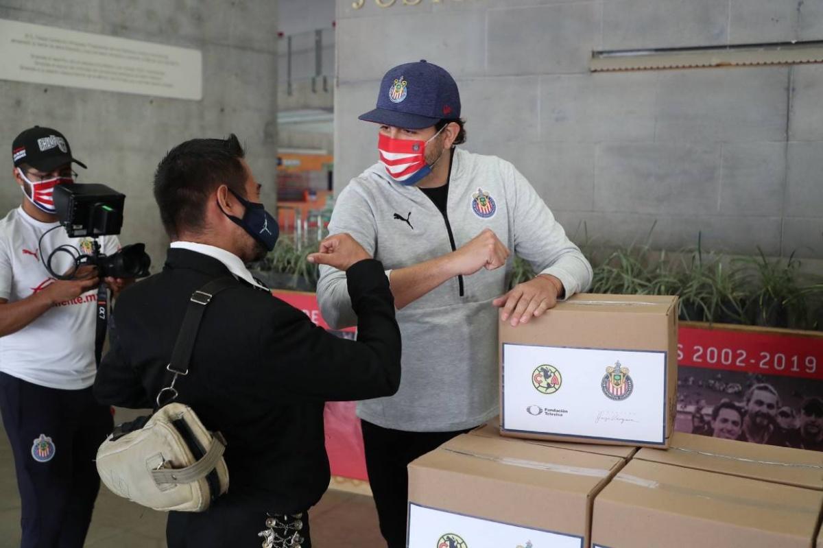 Chivas paga apuesta del Clásico y entrega despensas a mariachis