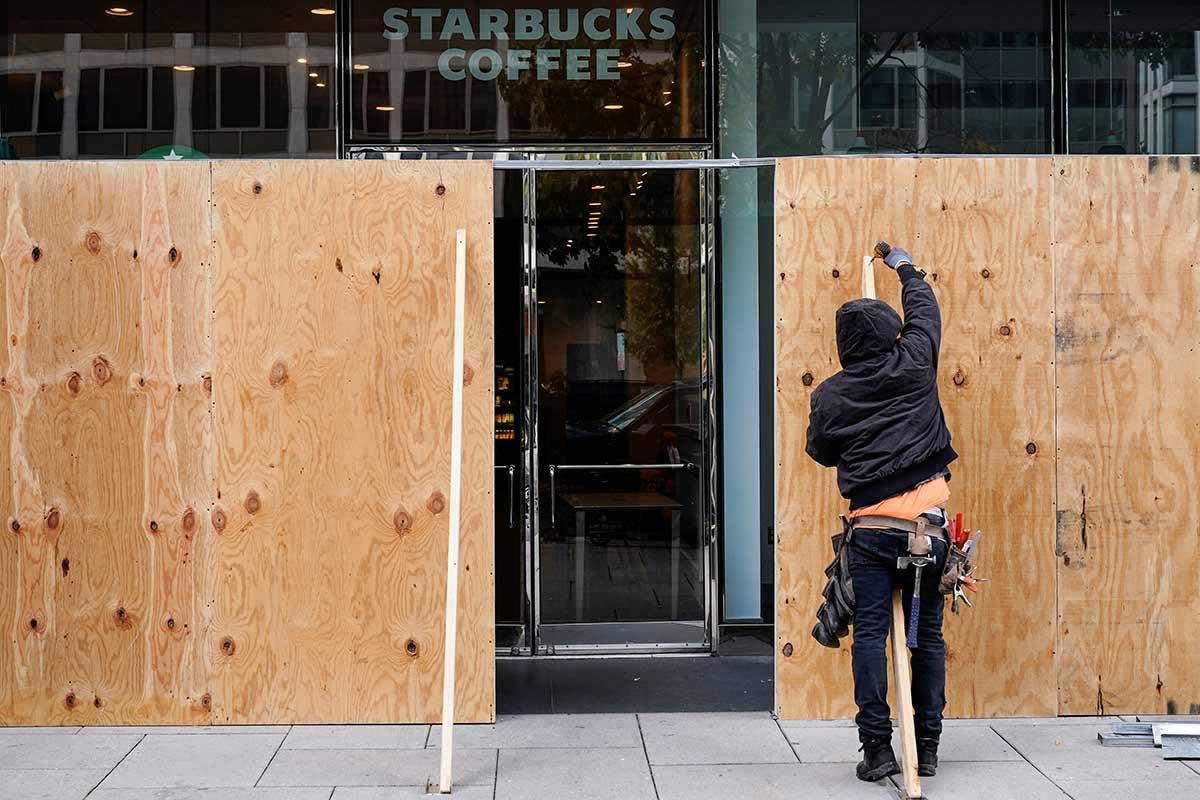 Comercios y negocios se blindan en Washington ante temores de manifestaciones después de las elecciones