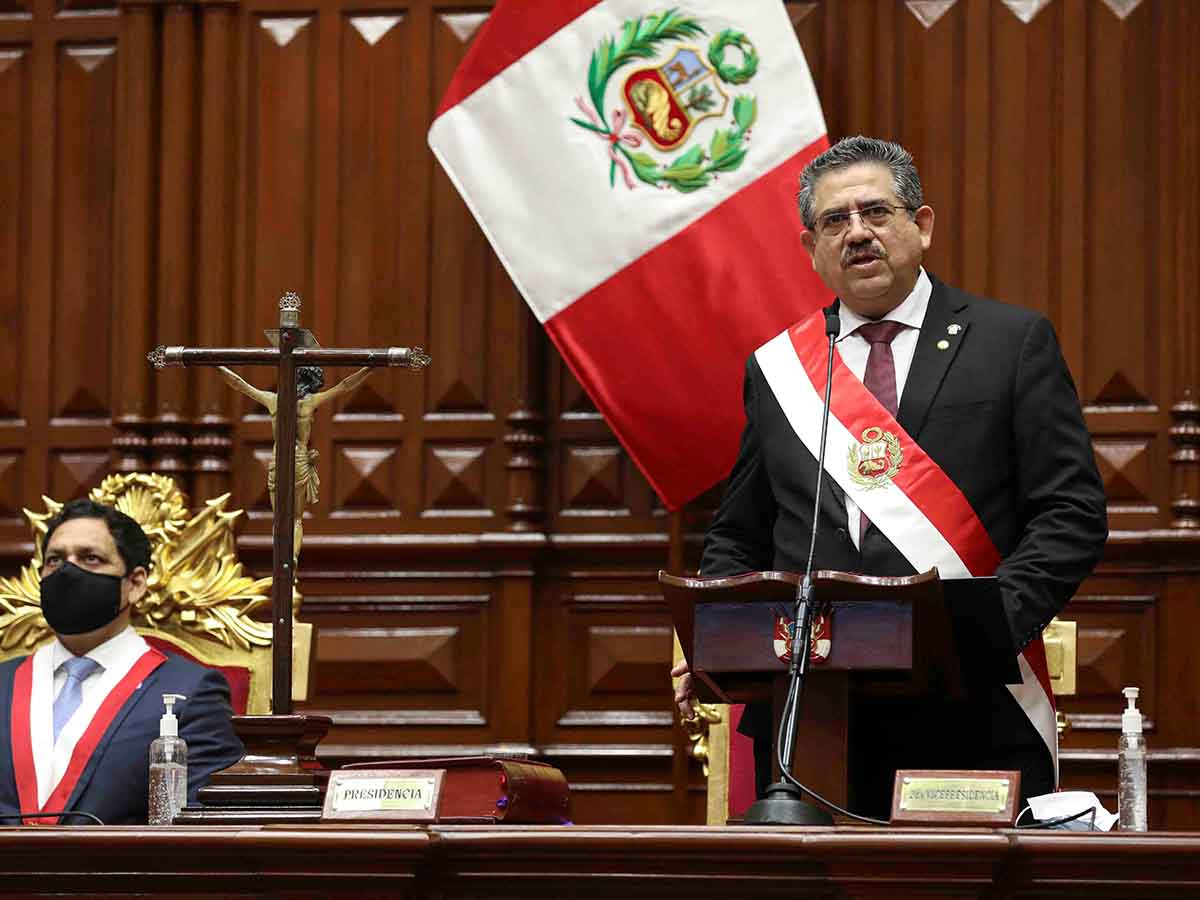 Presidente peruano conforma gabinete; pide calma ante protestas