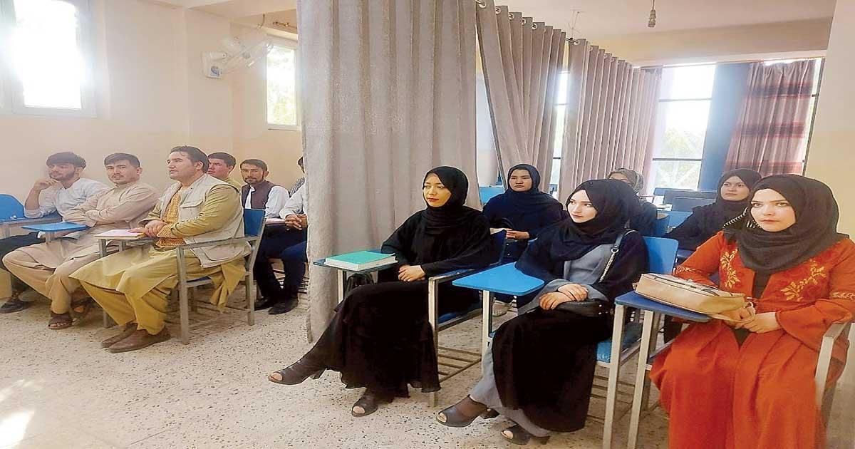 Cortina separa a afganas en aulas; dominio Talibán