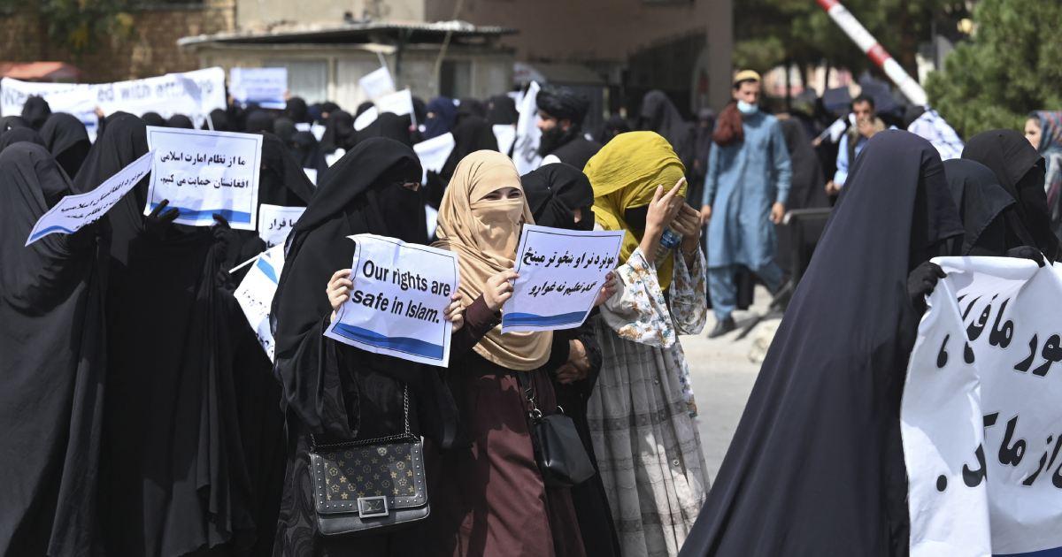 Cientos de afganas con burkas marchan en apoyo a talibanes