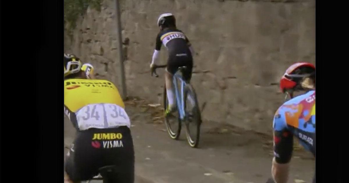 Que buen gesto de un ciclista con un niño