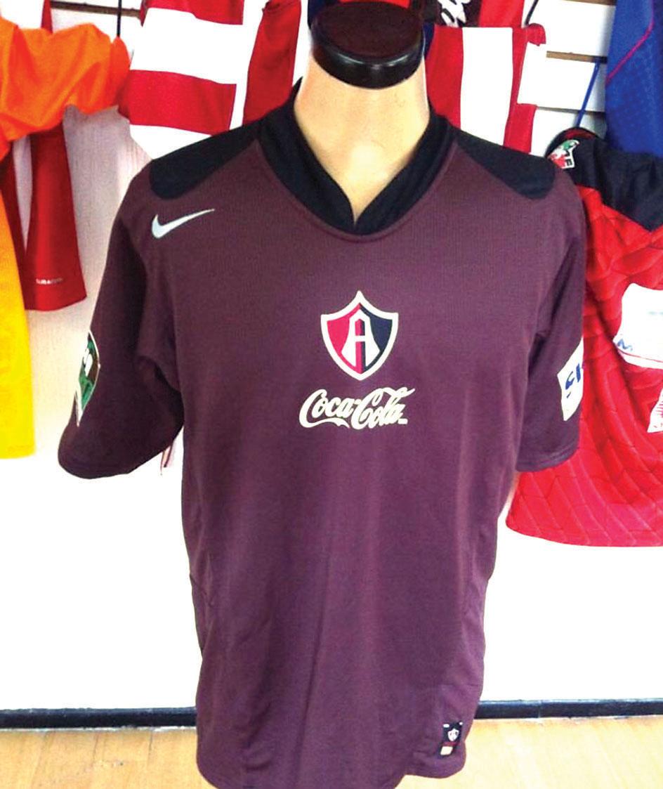Tienda en el DF vende un sinnúmero de antiguas camisetas de futbol 912821fe24440