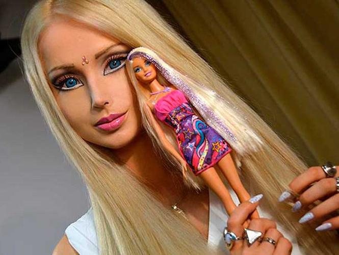 La modelo ucraniana Valeria Lukyanova, famosa por su empeño en parecerse a la Barbie, demuestra tener tanto cerebro como la muñeca. (Especial)