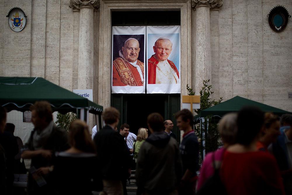 La capital italiana se prepara a vivir una jornada histórica tras el anuncio de que el papa emérito Benedicto  XVI y el papa Francisco concelebrarán el domingo la misa de canonización de  Juan XXIII y de Juan Pablo II en el Vaticano, lo que se conoce ya como el 'día de los cuatro papas'.