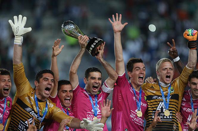 Rafael Márquez levanta el trofeo que ratifica a La Fiera como campeón del Clausura 2014. (Reuters)