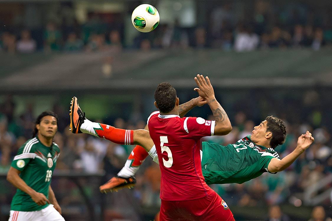Resultado de imagen para raúl jiménez gol 2013