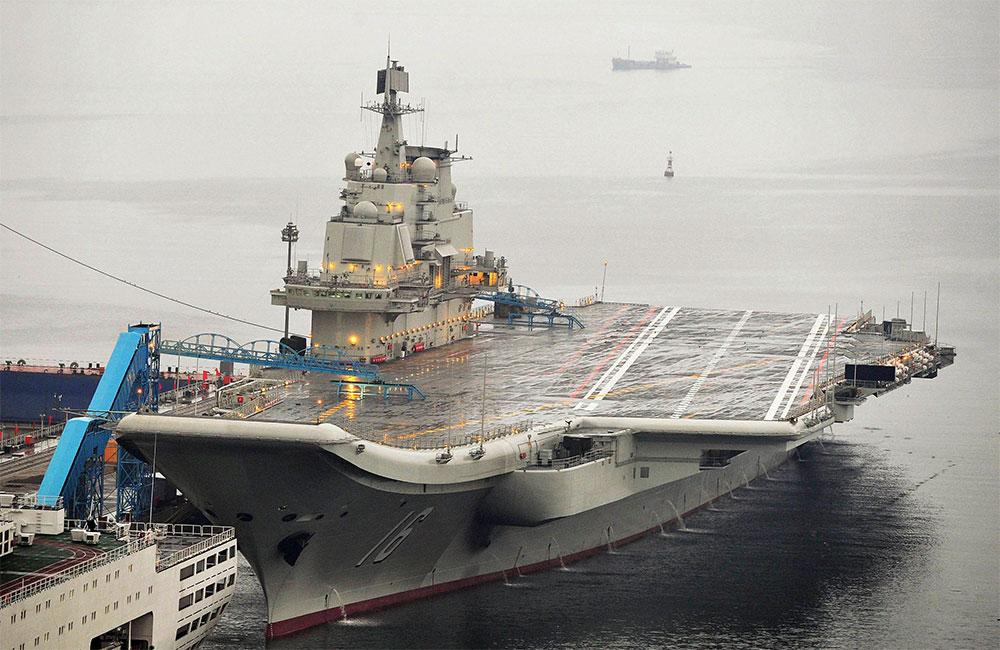 La prensa estadunidense que acompaña a Hagel no pudo acompañarle en la visita al navío (en la imagen).