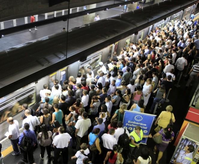 El metro, administrado por el gobierno estatal, es utilizado diariamente por cuatro millones de usuarios en Sao Paulo. FOTO: Reuters