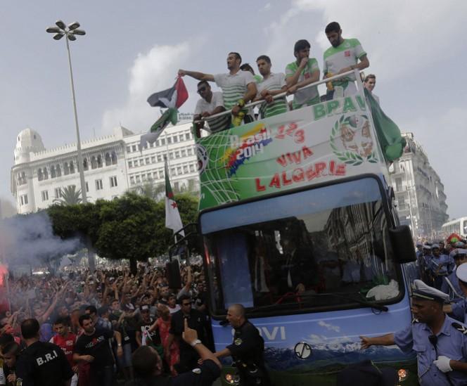 Los argelinos fueron recibidos como auténticos héroes a su llegada de Brasil, tras dar un excelente partido ante Alemania. FOTO: Reuters