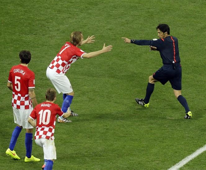 El polémico arbitraje de Yuichi Nishimura opacó la jornada inaugural del Mundial de Futbol Brasil 2014. FOTO: AP