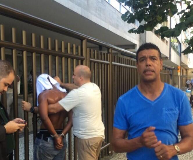 El presentador de televisión Chris Kamara posa frente al ladrón que ayudó a atrapar. FOTO: Twitter.