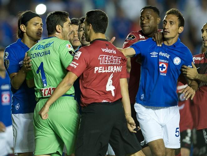 El castigo para Corona aumentó de uno a tres partidos de suspensión, por lo que se perdería la final de vuelta en Toluca (Mexsport)