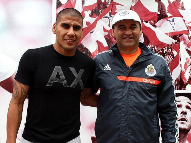 Salcido tuvo su primera charla con Bustos. En los próximos días se unirá a los entrenamientos (Foto: @Chivas)