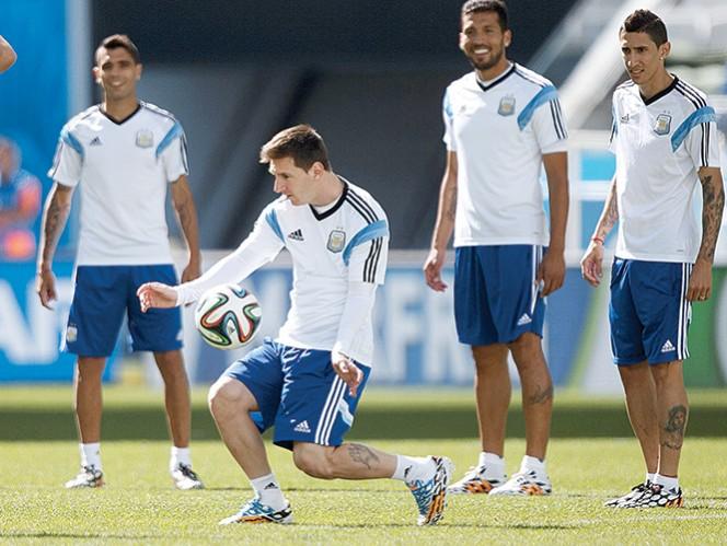 Messi domina el balón, durante un entrenamiento de Argentina. Foto: AP