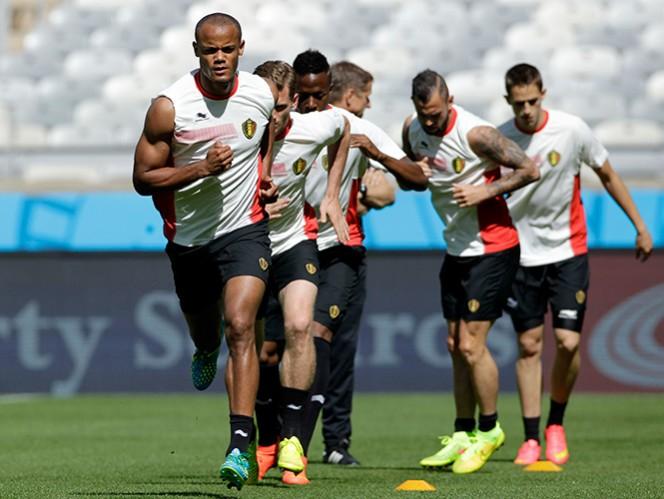 Al frente a la izquierda, Vincent Kompany entrena junto con los demás seleccionados, en el estadio Mineirao en Bello Horizonte. Foto: AP