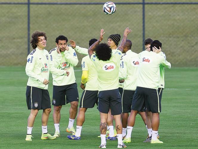 David Luiz, Fred, Hulk, Marcelo, Thiago Silva, Fernandinho y Oscar bromean durante una práctica de Brasil. Foto: AFP