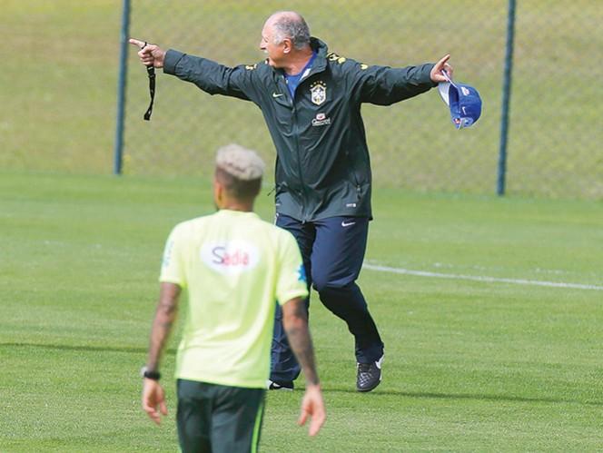 Luiz Felipe Scolari da instrucciones durante el entrenamiento de la verdeamarela, ayer. Foto: Reuters