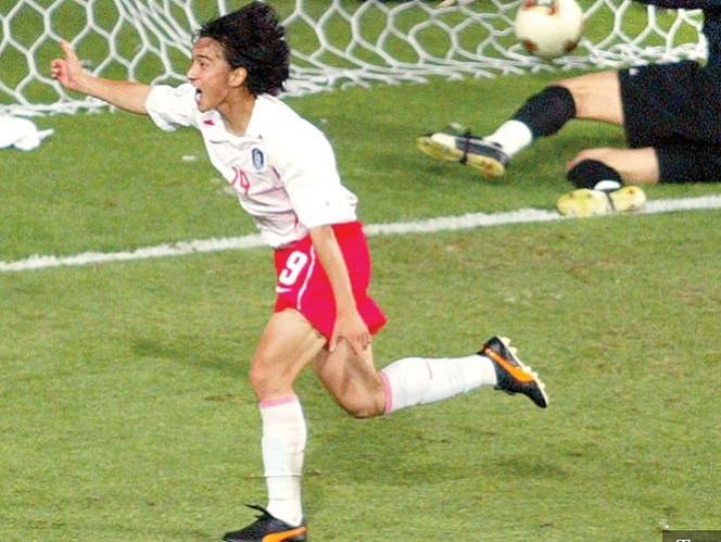 El delantero Ahn Jung-Hwan celebra su anotación ante Italia, en Corea-Japón 2002. Foto: Archivo Excélsior