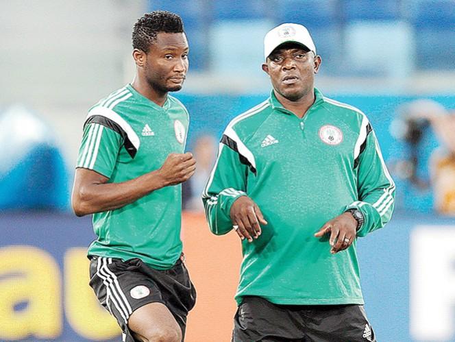 John Obi Mikel platica con el técnico de Nigeria Stephen Keshi. Foto: AP