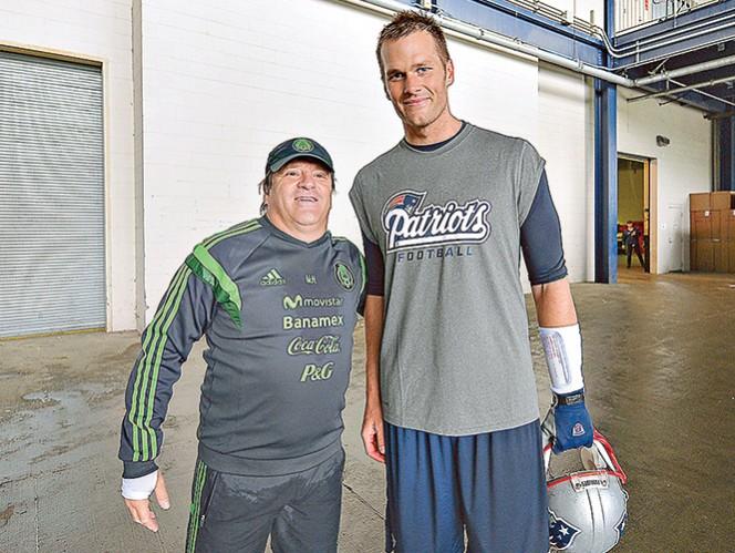 Miguel Herrera se encontró con Tom Brady  de los Pats y no dudó en tomarse una fotografía. Foto: Imago7