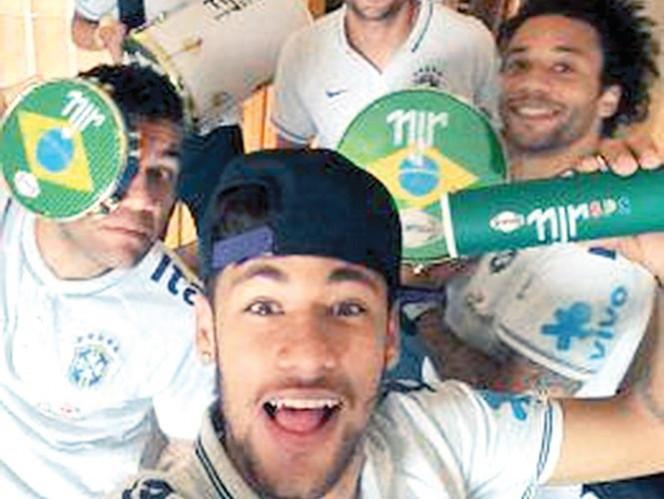 Neymar presume en Twitter los instrumentos musicales. Foto: AP