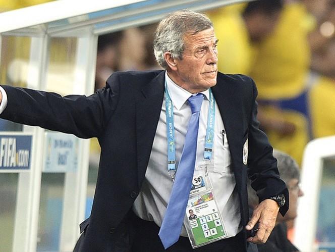 Óscar Tabárez, técnico de Uruguay, durante el partido de ayer.  Foto: AFP